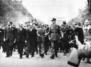 """Генерал Де Гол слиза триумфално по """"Шанз-Елизе"""" в деня на освобождението на Париж, 25 август 1944г."""
