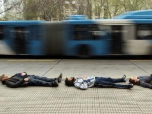 """Млади хора направила лежаща жива верига директно по улиците в района на президентския дворец """"Ла Монеда"""". Така те почели паметта на над хилядата безследно изчезнали. Снимка: ЕПА/БГНЕС"""