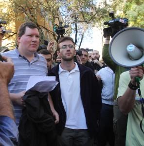 """Несъгласните с окупацията активисти на студентското движение """"Призив"""" бяха принудени да напуснат територията на университета."""