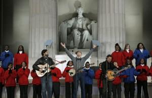 Пийт Сийгър (в центъра) на концерт на мемориала на Линкълн заедно със своя внук Тао Родригес-Сийгър (вляво) и с Брус Спрингстийн