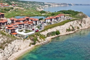 Голф комплекси окупират брега. Заниманието за богаташи лобира и за държавна подкрепа.