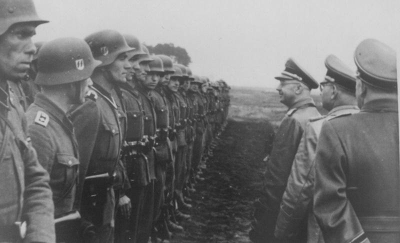"""Май 1944 г. Райсфюрерът Хайнрих Химлер инспектира СС-дивизията """"Галичина"""", съставена предимно от украински доброволци. Крайният национализъм често се изражда във фашизъм при подходяща ситуация и условия."""