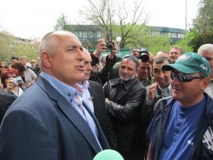 Април 2012г. Служители на фалиращия кърджалийски комбинат ОЦК приветстват премиера Бойко Борисов, който пристига, за да изслуша проблемите им