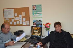Кметовете на Лиляче Цветослав Цветков от БСП (вляво) и на Чирен Диан Дамянов от ГЕРБ се чудят какви ли още партии ще се появят от нищото в местните секции. В едното село истинки пробив направи РБ, в другото - ББЦ, а в съседни села - ДПС.