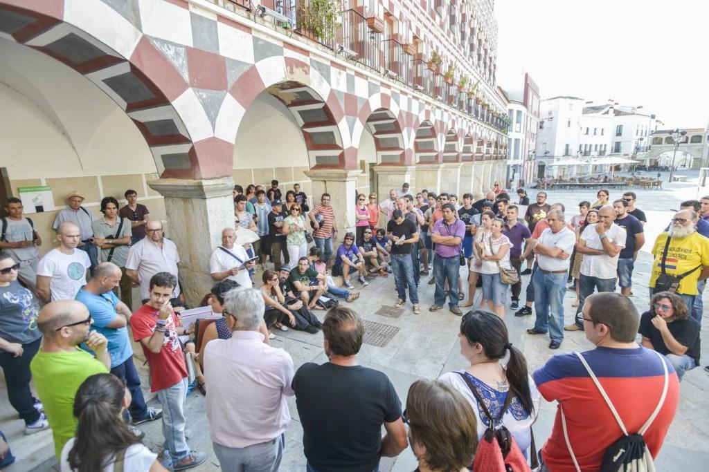 """Квартална гражданска асамблея на """"Подемос"""" - така хората обсъждат и решават основни социални проблеми по местаа заля площадите на Испания, роди по-късно и партията """"Подемос"""""""