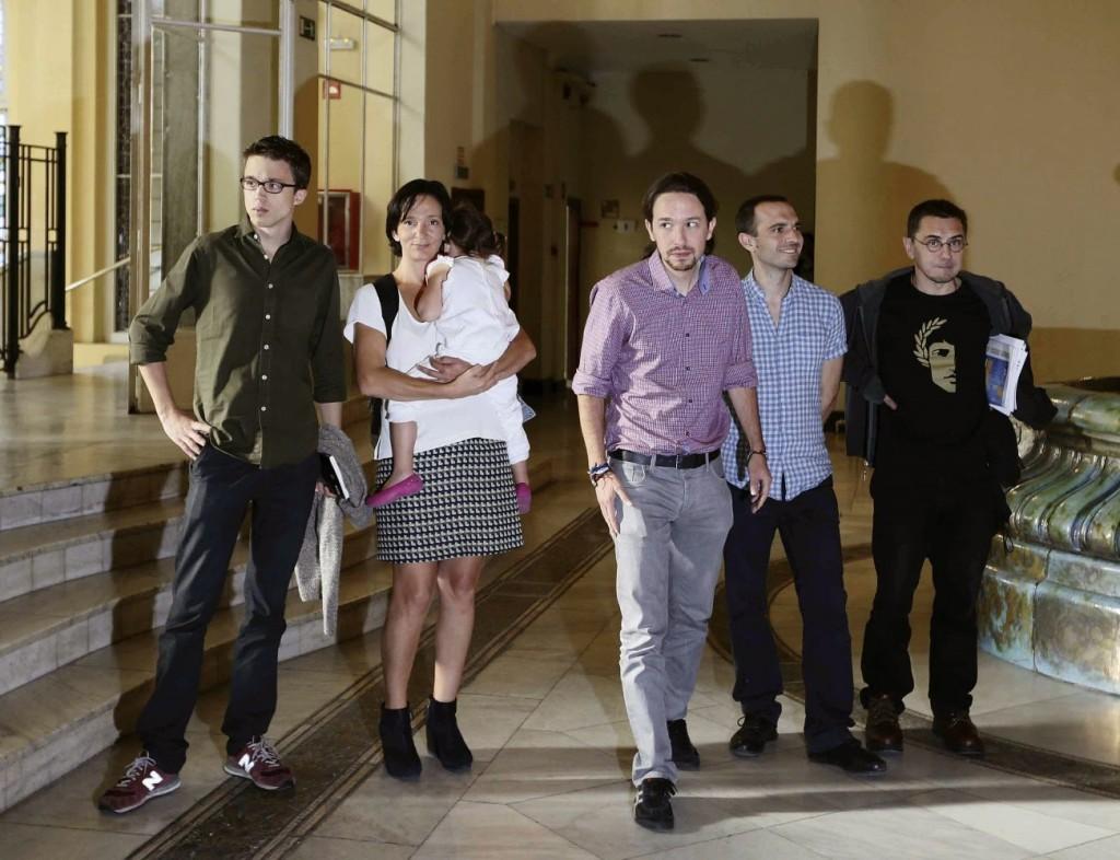 """Петорката основатели на """"Подемос"""" са приятели и колеги - все преподаватели в Университета """"Комплутенсе"""" по времето, когато негов ректор е синът на Сантяго Карийо. На снимката отляво надясно са Иниго Ерехон, Каролина Бесканса, Пабло Иглесиас, Луис Алегре и Хуан Карлос Монедеро"""
