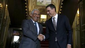 Антонио Коста (вляво) и Педро Санчес по време на срещата им в Лисабон.