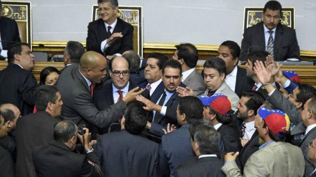 Заседанията в новото Национално събрание на Венецуела вече са изпълнени със страсти, откакто там доминира опозицията, а чавистите се хвърлят да спорят с тях.