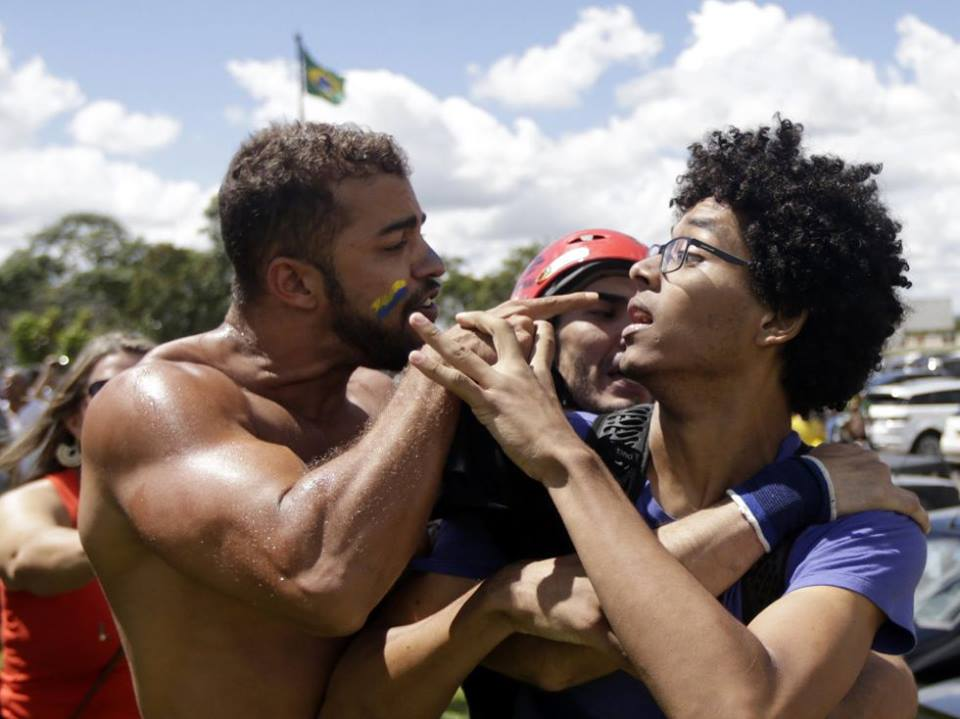 Опозиционери и привърженици на правителството вече налитат да се бият по улиците в Бразилия.
