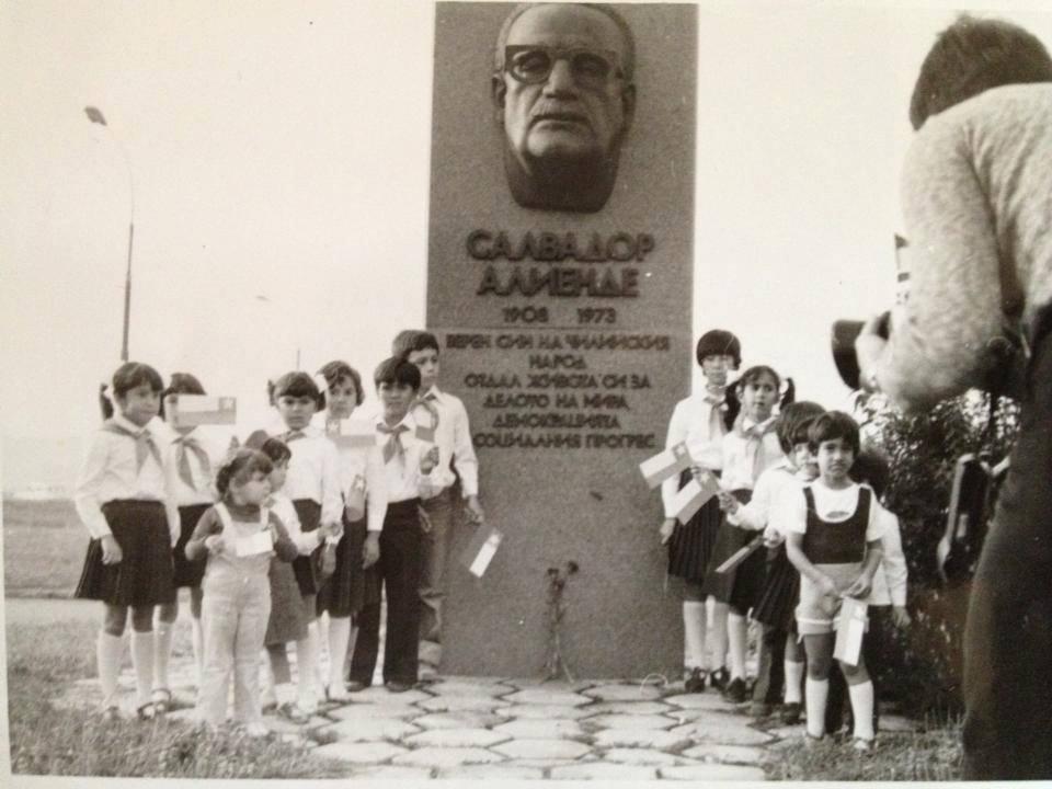 Снимка от 1981 г. - пред паметника на Салвадор Алиенде в София на скулптора Павел Койчев са се събрали деца на чилийски емигранти у нас. Инициативен комитет се бори от 2008 г. паметникът, унищожен по времето на Янчулев, да бъде възстановен