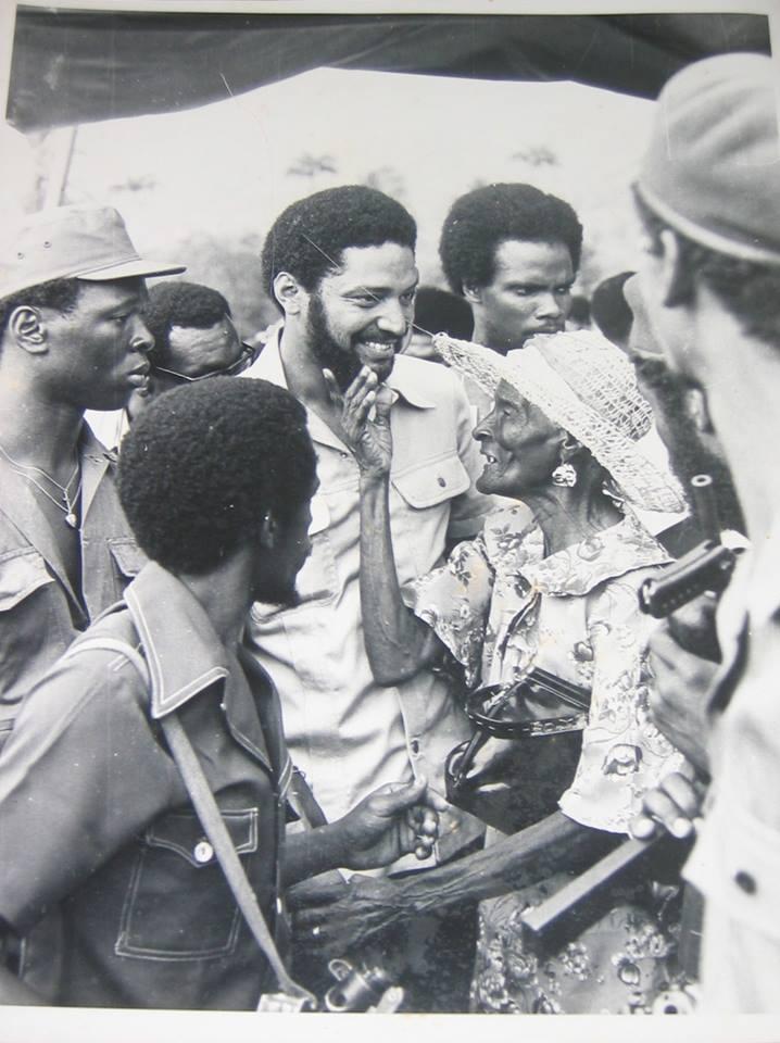 Премиерът левичар на Гренада Морис Бишоп (в средата) в разговор с народа малко преди убийството му през 1983 г.