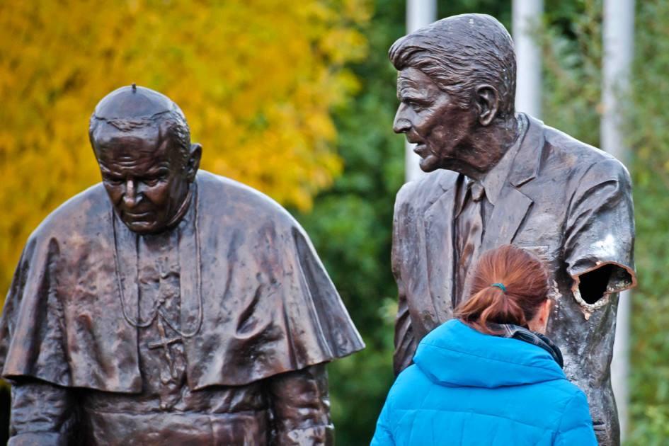 """През 2013 г. - 30 г. след инсталирането на ракетите """"Круз"""" и """"Пършинг"""" в Европа - злосторници откъснаха ръката на паметника на Рейгън с папа Йоан-Павел Втори в Гданск."""