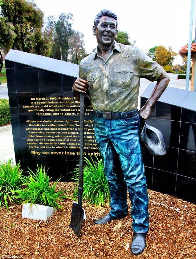 Паметникът на Рейгън в калифорнийската Темекула е бил хем подпалван, хем боядисван