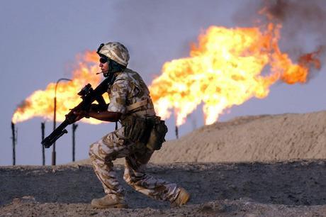 Британски войник охранява петролна рафинерия в южен Ирак през 2003 год. срещу контрабандисти.